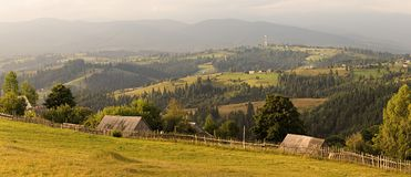 Paesaggio rurale tipico in Carpathians, Ucraina occidentale Immagine Stock