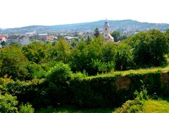 Paesaggio rurale tipico nelle pianure della Transilvania, Romania Paesaggio verde nella metà dell'estate, in un giorno soleggiato immagini stock libere da diritti