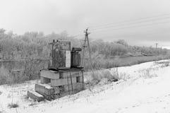 Paesaggio rurale Vecchio trasformatore elettrico Immagine Stock