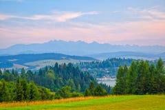 Paesaggio rurale vicino al lago artificiale Czorsztynskie in Polonia del sud Alte montagne di Tatra nel fondo immagini stock