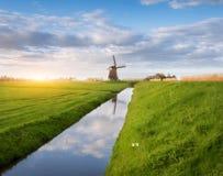 Paesaggio rustico con i mulini a vento olandesi Fotografia Stock