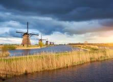 Paesaggio rustico con i mulini a vento olandesi tradizionali Fotografia Stock