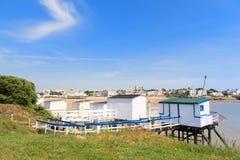 Paesaggio San-Georges-de-Didonne con i cabines del pescatore immagini stock libere da diritti