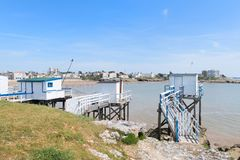 Paesaggio San-Georges-de-Didonne con i cabines del pescatore fotografia stock
