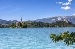 Paesaggio sanguinato del lago con Marienkirche ed il viaggio Sloveni del castello Fotografie Stock Libere da Diritti