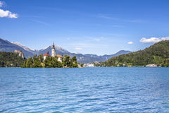 Paesaggio sanguinato del lago con Marienkirche ed il viaggio Sloveni del castello Fotografia Stock