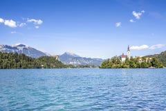 Paesaggio sanguinato del lago con Marienkirche ed il viaggio Sloveni del castello Fotografie Stock