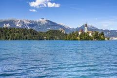 Paesaggio sanguinato del lago con Marienkirche ed il viaggio Sloveni del castello Fotografia Stock Libera da Diritti