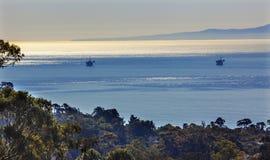 Paesaggio Santa Barbara dell'oceano Pacifico di mattina delle piattaforme del pozzo di petrolio immagini stock