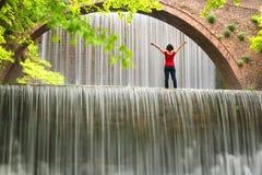 Paesaggio sbalorditivo della molla Bella condizione della ragazza alla cascata di Paleokarya fotografia stock