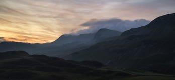 Paesaggio sbalorditivo della montagna di alba con i colori vibranti ed il damerino Immagine Stock