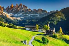 Paesaggio sbalorditivo di estate con il villaggio di Santa Maddalena, dolomia, Italia, Europa Immagini Stock