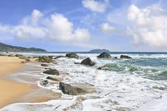Paesaggio sbalorditivo e spiagge non trattate all'isola di Hainan, Cina fotografia stock libera da diritti