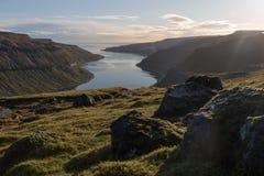 Paesaggio scenico ad un fiordo, a nord di Thorshavn, le isole faroe fotografia stock libera da diritti
