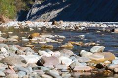 Paesaggio scenico con il bello fiume Autunno in mounta immagini stock