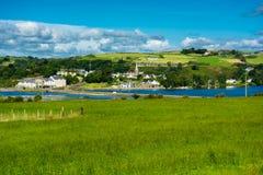 Paesaggio scenico con il villaggio alla costa dell'Irlanda Fotografia Stock