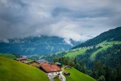 Paesaggio scenico con le costruzioni tradizionali in villaggio in alpi Immagine Stock Libera da Diritti