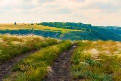 Paesaggio scenico della campagna con la strada non asfaltata rurale immagini stock