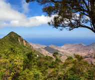 Paesaggio scenico della valle della montagna con cielo blu Immagini Stock
