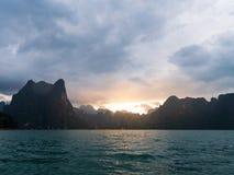 Paesaggio scenico della vista della barca nella grande diga del bacino idrico e del fiume con la foresta della natura e della mon fotografie stock