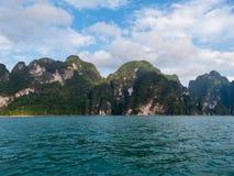 Paesaggio scenico della vista della barca nella grande diga del bacino idrico e del fiume con la foresta della natura e della mon immagini stock libere da diritti