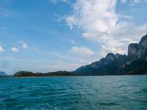 Paesaggio scenico della vista della barca nella grande diga del bacino idrico e del fiume con la foresta della natura e della mon fotografie stock libere da diritti