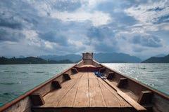 Paesaggio scenico della vista della barca nella grande diga del bacino idrico e del fiume con la foresta della natura e della mon fotografia stock libera da diritti