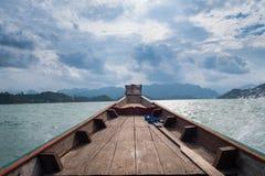 Paesaggio scenico della vista della barca nella grande diga del bacino idrico e del fiume con la foresta della natura e della mon fotografia stock