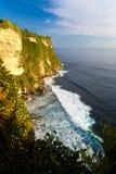 Paesaggio scenico di alta scogliera al tempio di Uluwatu, Bali, Indonesia Immagini Stock Libere da Diritti