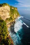 Paesaggio scenico di alta scogliera al tempio di Uluwatu, Bali, Indonesia Fotografie Stock Libere da Diritti