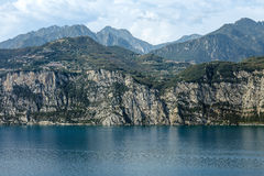 Paesaggio scenico di bei lago garda e montagne, Italia Immagini Stock Libere da Diritti