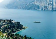 Paesaggio scenico di bei lago garda e montagne, Italia Fotografie Stock Libere da Diritti