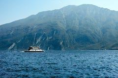 Paesaggio scenico di bei lago garda e montagne, Italia Fotografia Stock Libera da Diritti