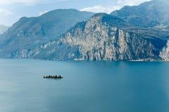 Paesaggio scenico di bei lago garda e montagne, Italia Immagini Stock