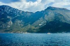 Paesaggio scenico di bei lago garda e montagne, Italia Immagine Stock