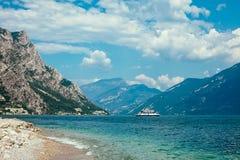 Paesaggio scenico di bei lago garda e montagne, Italia Fotografia Stock