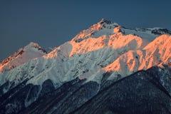 Paesaggio scenico di inverno della bella montagna della cresta caucasica principale con i picchi nevosi sul fondo del cielo blu a Fotografie Stock