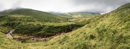 Paesaggio scenico panoramico in montagne nell'estate, paese basco, Francia di Iraty fotografie stock libere da diritti