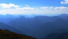 Paesaggio scenico, picchi di montagna nella foschia blu Fotografia Stock