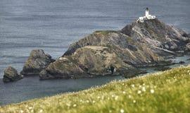 Paesaggio scozzese della linea costiera con il faro in isole Shetland Immagine Stock Libera da Diritti