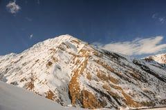 Paesaggio selvaggio di inverno dei pendii di alta montagna coperti di neve Fotografie Stock Libere da Diritti
