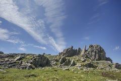 Paesaggio soleggiato di Altai della montagna La Russia l'illustrazione colorata della mano ha fatto l'estate della natura Fotografie Stock
