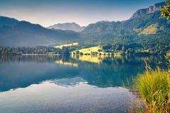 Paesaggio soleggiato di mattina sul lago Grundlsee Immagini Stock
