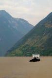 Paesaggio soleggiato lungo il fiume Chang Jiang in Cina Immagini Stock