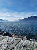 Paesaggio sopra il lago Lemano e le ammaccature du Midi con bluesky fotografia stock libera da diritti
