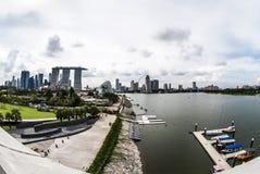 Paesaggio sparato di Marina Bay And Eye di Singapore dalla diga del porticciolo Fotografie Stock Libere da Diritti