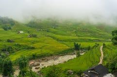 Paesaggio spettacolare del villaggio di alta montagna fra il terrac del riso Fotografie Stock