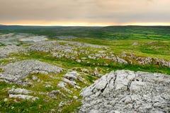 Paesaggio spettacolare nella regione di Burren di contea Clare, Irlanda fotografie stock libere da diritti
