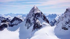 Paesaggio splendido della montagna di inverno nelle alpi svizzere con la sommità famosa di Piz Buin nel centro Immagini Stock