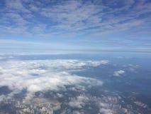 Paesaggio stupefacente con cielo blu, la città e le nuvole, fuori della finestra piana quando si dirigono nel Giappone Fotografie Stock Libere da Diritti